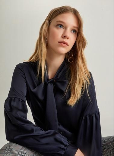 NGSTYLE Fular Yakalı Saten Gömlek Lacivert